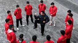 Pelatih mendemonstrasikan gerakan Taichi atau Taijiquan di sebuah sekolah seni bela diri tradisional di Chenjiagou, Kota Jiaozuo, Provinsi Henan, China pada 14 Desember 2020. Masuknya Tai Chi menandai bahwa China kini memiliki 42 warisan budaya takbenda dalam daftar tersebut. (Xinhua/Li An)
