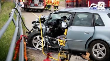 Sebuah mobil sedan hilang kendali dan menabrak bus yang mebawa 73 siswa. Dua pengemudi menderita luka serius dan 9 sisa mengalami luka ringan.