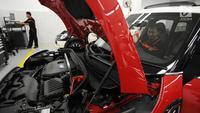 Teknisi sedang mengecek mobil Mini Cooper saat Grand Opening Plaza Mini, Summarecon, Tangerang, Banten, Jumat (4/5). Pembukaan dealer Mini Cooper Plaza Auto ini pertama di Provinsi Banten. (Merdeka.com/Dwi Narwoko)