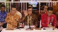 Menteri Hukum dan HAM, Yasonna Laoly (tengah) saat menyampaikan keterangan terkait penundaan pengesahan RUU KUHP di Graha Pengayoman Kementerian Hukum dan HAM, Jakarta, Jumat (20/9/2019). Menkumham juga mengklarifikasi beberapa isu terkait draft RUU KUHP. (Liputan6.com/Helmi Fithriansyah)