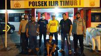Tersangka SYN diamankan tim Polsek Ilir Timur I Palembang usai membunuh tetangganya sendiri (Liputan6.com / Nefri Inge)
