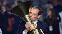 Pada musim pertamanya bersama Juventus, pelatih asal Italia ini nyaris mendapat treble usai sukses membawa Juventus menang Serie A dan Coppa Italia jika tidak kalah di final Liga Champions. (AFP/Marco Bertorello)