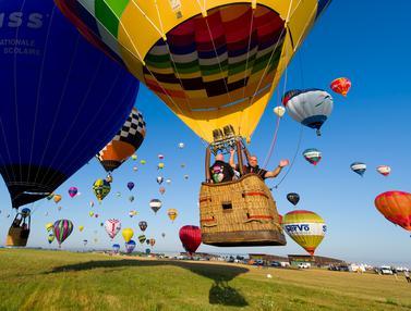 Ratusan Balon Udara Hiasi Langit Prancis