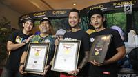 Para pemain Film Warkop DKI Reborn: Jangkrik Boss Part2 menunjukan penghargaan dari MURI di kawasan Kuningan, Jakarta, Kamis (31/8). (Liputan6.com/Herman Zakharia)
