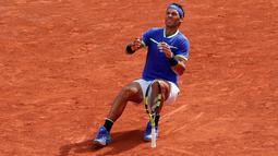 Petenis Spanyol, Rafael Nadal berselebrasi setelah mengalahkan Stan Wawrinka pada final Prancis Terbuka di Roland Garros, Minggu (11/6). Sejak pertama kali juara pada 2005, Nadal sudah mengumpulkan 10 gelar juara (La Decima). (AP Photo/Christophe Ena)