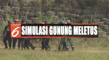 Aparat TNI Koodam 3 Siliwangi menggelar simulasi kesiap-siagaan penanganan gunung meletus.