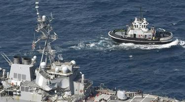Kapal AS yang bertabrakan dengan armada berbendera Filipina. (AP)