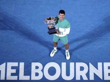 Petenis asal Serbia, Novak Djokovic, tampil sebagai juara pada ajang Australia Terbuka 2021 yang berlangsung di Rod Laver Arena, Melbourne, Minggu (21/2/2021). (AP Photo/Hamish Blair)