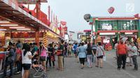 Pengunjung memadati Jakarta Fair Kemayoran 2017 di JIExpo, Kemayoran, Jakarta, Senin (19/6). Event ini berlangsung selama 39 hari hingga 16 Juli 2017, pada saat hari-H lebaran pun Jakarta Fair tetap akan dibuka untuk umum. (Liputan6.com/Yoppy Renato)