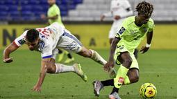 Gelandang Olympique Lyon, Bruno Guimaraes, berebut bola dengan gelandang Dijon, Didier Ndong, pada laga Ligue 1 di Stadion Groupama, Sabtu (29/8/2020) dini hari WIB. Lyon menang 4-1 atas Dijon. (AFP/Philippe Desmazes)