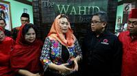Direktur Eksekutif The Wahid Institude Yenny Wahid menerima kunjungan Sekjen PDIP Hasto Kristiyanto di kantor The Wahid Institude, Menteng, Jakarta Pusat,  Senin (5/2). Kunjungan tersebut membahas jelang 20 tahun reformasi. (Liputan6.com/JohanTallo)
