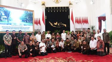 Presiden Jokowi dan Wapres Jusuf Kalla berfoto bersama menteri kabinet pemerintahan periode 2014-2019.