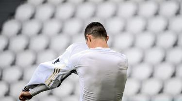 FOTO: Diwarnai Aksi Cristiano Ronaldo Lempar Jersey usai Laga, Juventus Menang 3-1 atas Genoa - Cristiano Ronaldo