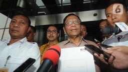 Menko Polhukam, Mahfud Md menunjukkan tanda terima Laporan Harta Kekayaan Penyelenggara Negara (LHKPN) di Gedung KPK, Jakarta, Senin (2/12/2019). Diberitakan sebelumnya, KPK mengimbau para menteri untuk melaporkan kekayaan mereka ke KPK. (merdeka.com/Dwi Narwoko)