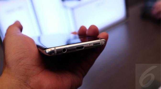 Samsung Galaxy S8 Samsung Galaxy S8 - Audio Jack Port 3.5 mm, USB Type C Port, dan Speaker Grill di Bodi Bawah. Liputan6.com/Iskandar