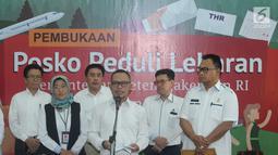 Menteri Ketenagakerjaan (Menaker) M Hanif Dhakiri (keempat kiri) memberi keterangan jelang membuka Posko Peduli Lebaran 2018 di Gedung B Kemenaker, Jakarta, Senin (28/5). Posko juga menerima aduan pemasalahan seputar THR. (Liputan6.com/Helmi Fithriansyah)