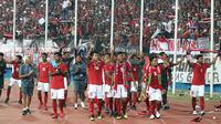 Para pemain Timnas Indonesia U-16 menyapa suporter setelah mengalahkan Timor Leste 3-0 pada matchday keempat Piala AFF U-16 2018 di Stadion Gelora Delta, Sidoarjo, Sabtu (4/8/2018). (Bola.com/Aditya Wany)