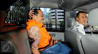 Eks Walikota Makassar Ilham Arief Sirajuddin berada di mobil tahanan KPK, Jakarta, Jumat (4/9/2015). Ilham diperiksa sebagai saksi terhadap tersangka Dirut PT Traya Tirta Makassar Hengky Widjaja terkait korupsi PDAM Makassar. (Liputan6.com/Helmi Afandi)