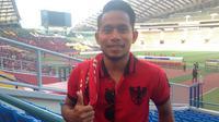 Andik Vermansah mendukung Timnas Indonesia U-22 di Stadion Shah Alam, Selangor, Malaysia, Kamis (24/8/2017). (Bola.com/Benediktus Gerendo Pradigdo)