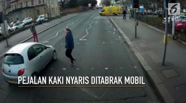 Rekaman seorang wanita hampir ditabrak mobil saat menyeberangi jalan di Reading beredar luas di jagat maya.