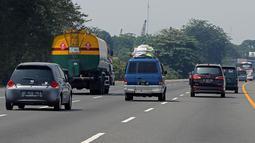 Sejumlah kendaraan melintas di ruas jalan tol Cikopo, Purwakarta, Jawa Barta, Selasa (4/6/2019). Memasuki H-1 Lebaran 2019, tidak di berlaku one way pada jalan tol  Jakarta - Cikampek dan terpantau lancar. (Liputan6.com/Herman Zakharia)