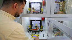 Sebuah printer 3D digunakan untuk membuat bingkai untuk pelindung wajah di bawah proyek Glia, yang menghasilkan pasokan medis murah untuk wilayah miskin, selama pandemi COVID-19 yang sedang berlangsung di Kota Gaza (13/7/2020). (AFP/Mohammed Abed)