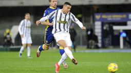 Striker Juventus, Cristiano Ronaldo, melepaskan tendangan saat melawan Hellas Verona pada laga Liga Italia di Stadion Marc'Antonio Bentegodi, Minggu (28/2/2021). Kedua tim bermain imbang 1-1. (Paola Garbuio/LaPresse via AP)
