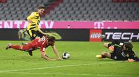Bek Bayern Munchen, Joshua Kimmich, berusaha mencetak gol ke gawang Borussia Dortmund pada laga Piala Super Jerman di Allianz Arena, Kamis (1/10/2020) dini hari WIB. Bayern Munchen menang 3-2 atas Borussia Dortmund. (Sven Hoppe/Pool via AP)