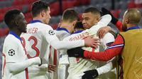 Para pemain Paris Saint-Germain (PSG) merayakan gol yang dicetak oleh Kylian Mbappe ke gawang Bayern Munchen pada laga Liga Champions di Allianz Arena, Kamis (8/4/2021). PSG menang dengan skor 3-2. (AFP/Christof Stache)