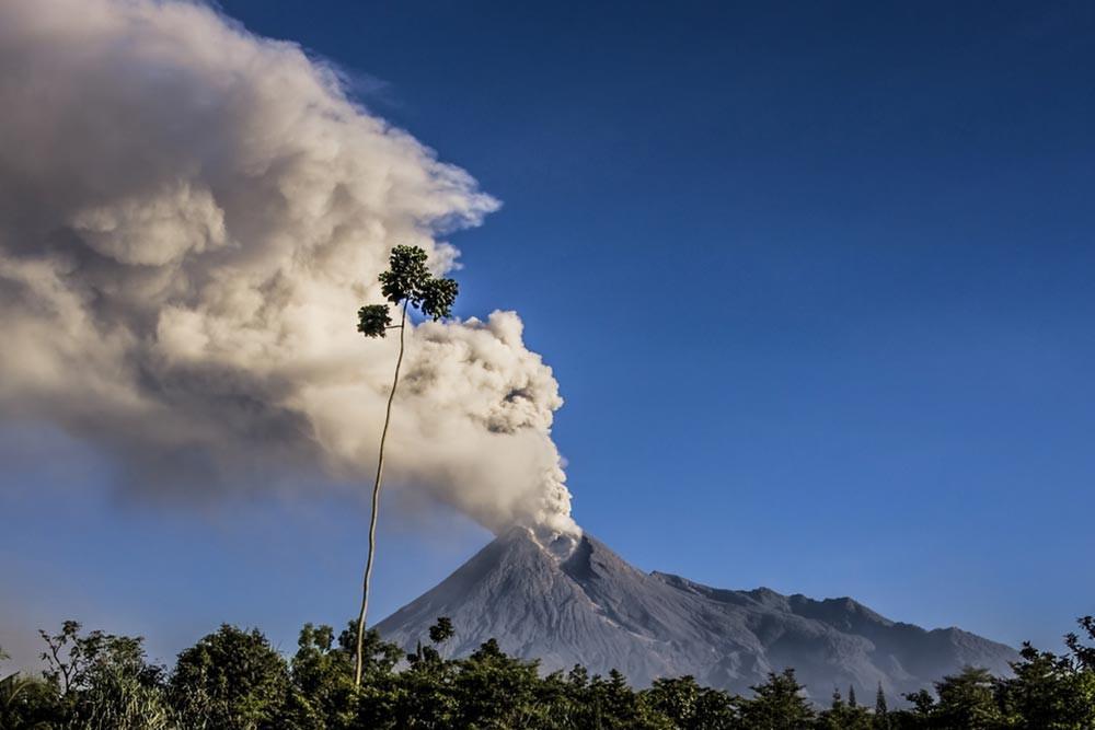 Waspada, Gunung Merapi Mengalami Letusan Freatik! (Manggar/Shutterstock)