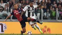 Bek Genoa, Domenico Criscito, berebut bola dengan gelandang Juventus, Douglas Costa, pada laga Serie A Italia di Stadion Allianz, Turin, Sabtu (20/10). Kedua klub bermain imbang 1-1. (AFP/Marco Bertorello)