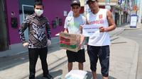 Diplomat KBRI Lima menyalurkan bantuan untuk WNI terdampak kebijakan lockdown Virus Corona COVID-19 di Peru. (sumber: KBRI Lima / Kemlu RI)