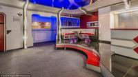 Sebuah rumah yang interiornya di desain layaknya setting film Star Trek siap membuat kita terpukau dengan ragam furnitur unik di dalamnya.