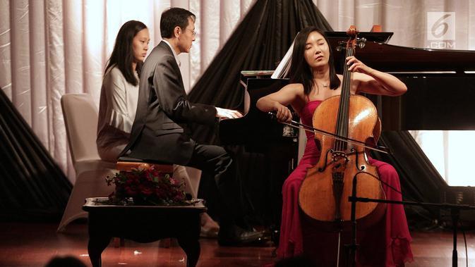 Musisi Celoist Korea Selatan Hee Young Lim saat menggelar konser yang bertajuk Hee Young Lim Cello Indonesia Tour di Jakarta Pusat, Sabtu (9/2). Hee Young Lim tampil di depan para duta-duta besar negara sahabat. (Liputan6.com/Faizal Fanani)#source%3Dgooglier%2Ecom#https%3A%2F%2Fgooglier%2Ecom%2Fpage%2F%2F10000