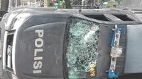 Sejumlah kendaraan polisi dan kaca-kaca gedung anggota dewan rusak terkena lemparan batu.