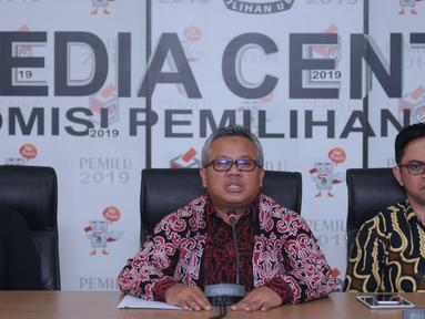 Ketua KPU RI, Arief Budiman (tengah) menyampaikan keterangan terkait putusan PTUN yang memenangkan gugatan PKPI di gedung KPU, Jakarta, Kamis (12/4). KPU mengambil sikap segera melaksanakan putusan PTUN. (Liputan6.com/Helmi Fithriansyah)