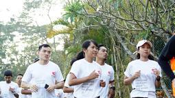 """Peserta mengikuti lari pada rangkaian Semen Indonesia Trail Run 2018 di Yogyakarta, Minggu (23/9).  Kegiatan ini merupakan rangkaian menuju """"Semen Indonesia Trail Run 2018"""" yang akan dilaksanakan bulan November mendatang di Gresik. (Liputan6.com/HO/Eko)"""