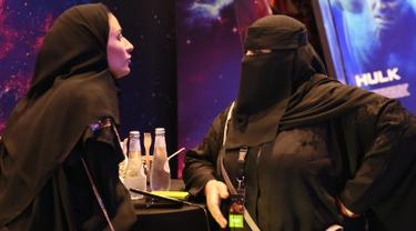 Anggota staf perempuan Arab Saudi berbincang di bioskop di Mal Riyadh Park yang baru dibuka untuk umum, Riyadh (30/4). Setelah pelarangan selama 35 tahun, bioskop kembali beroperasi di Arab Saudi. (AFP/Fayez Nureldine)