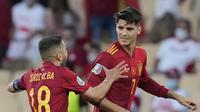 Pemain Spanyol Alvaro Morata (kanan) merayakan golnya bersama Jordi Alba dalam laga kontra Polandia pada Grup E Euro 2020 di Estadio Olímpico de Sevilla, Minggu, 20 Juni 2021. (AP Photo/Thanassis Stavrakis , Pool)