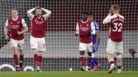 Ekspresi kecewa bek Arsenal, Calum Chambers (kedua dari kiri) usai gagal memanfaatkan peluang di depan gawang Everton dalam laga lanjutan Liga Inggris 2020/2021 pekan ke-33 di Emirates Stadium, London, Jumat (23/4/2021). Arsenal kalah 0-1 dari Everton. (AP/John Walton/Pool)