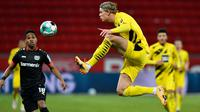 Erling Haaland tampil gemilang bersama Borussia Dortmund musim ini dengan mencatat 41 gol dan 12 assist di 41 pertandingannya. Pemain yang baru berusia 20 tahun ini bahkan berhasil menjadi top scorer Liga Champions musim lalu dengan koleksi 10 gol dan delapan assist. (Foto: AFP/Pool/Martin Meissner)