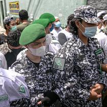 Anggota FPI membuat barikade saat mengadang anggota Polda Metro Jaya yang ingin memberi surat pemanggilan kepada Rizieq Shihab di kediamannya di Petamburan, Jakarta, Rabu (2/12/2020). Polisi kembali memanggil Rizieq Shihab terkait acara Maulid Nabi dan resepsi putrinya. (Liputan6.com/Faizal Fanani)
