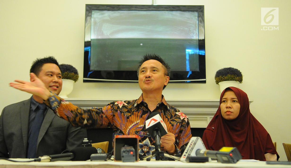 Merdian Agustin, Istri Almarhum Eka Suganda, Korban Kecelakaan Lion Air JT 610 (Kanan) didampingi Hary Ponto (Tengah) dan Denny Kailimang (kiri) saat konferensi pers terkait penyelesaian klaim asuransi bagi korban kecelakaan Lion Air JT 610, Jakarta, Senin (8/4). (Liputan6.com/Angga Yuniar)