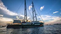 Kapal Rainbow Warrior Greenpeace dengan pemandangan matahari terbenang di Sorong, Papua. (16/3). Kapal ini akan mengarungi Nusantara dan berhenti di Bali dan Jakarta dalam misi kampanye Indonesia hijau. (Jurnasyanto Sukarno/ Greenpeace)