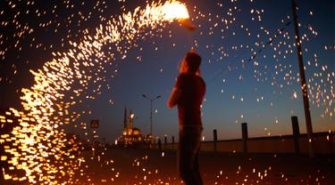 Sambut Puasa Pertama, Anak-anak Gaza Bermain Kembang Api