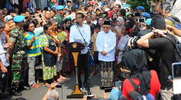 Pasangan Capres Cawapres Joko Widodo (Jokowi)-Ma'ruf Amin menyampaikan pidato kemenangannya di Kampung Deret, Tanah Tinggi, Jakarta, Selasa (21/5/2019). Pidato tersebut menanggapi keputusan KPU yang menetapkan pasangan Jokowi-Ma'ruf Amin sebagai pemenang Pilpres 2019. (Liputan6.com/Angga Yuniar)