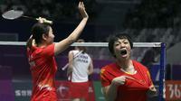 Pasangan China, Qingchen Chen dan Yifan Jia, melakukan selebrasi usai mengalahkan pasangan Jepang Misaki Matsutomo and Ayaka Takahashi, pada laga Asian Games di Jakarta, Senin (27/8/2018). (AP/Achmad Ibrahim)