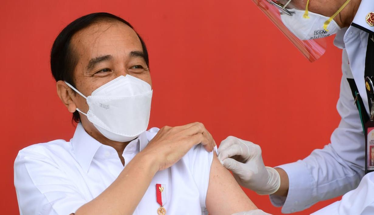 Presiden Joko Widodo atau Jokowi menjalani vaksinasi COVID-19 di Istana Merdeka, Jakarta, Rabu (13/1/2021). Jokowi menjadi orang pertama yang menerima vaksin COVID-19 dalam program vaksinasi massal secara gratis di Indonesia. (Biro Pers Sekretariat Presiden/Muchlis Jr)