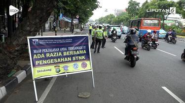 Petugas Satlantas Polres Jakpus bekerjasama dengan petugas pajak merazia kendaraan yang belum membayar pajak. Tercatat 350 kendaraan terjaring di hari keempat razia.