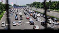 Ribuan kendaraan mengular di pintu tol Cibubur. Bogor dan daerah sekitarnya menjadi tujuan utama warga Jakarta yang ingin menuikmati liburan, Jakarta, Rabu (30/7/2014) (Liputan6.com/Faizal Fanani)